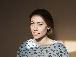 Anna Burch headshot with sunlight.